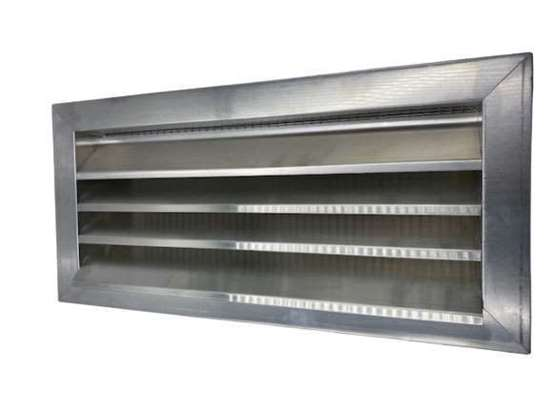 Immagine di Griglia contro la pioggia in alluminio L400 A1600mm. Fabricazione a misura, i ritorni non sono accettati. Con griglia incorporata (apertura di maglia 10mm). Dimensioni intermedie possibili su richiesta.